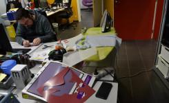 collega met strijkijzer en vinylcutter